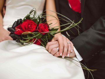 Hochzeitspaar mit roten Rosen
