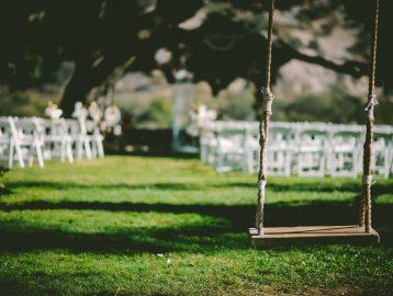 Schaukel vor Hochzeitskulisse